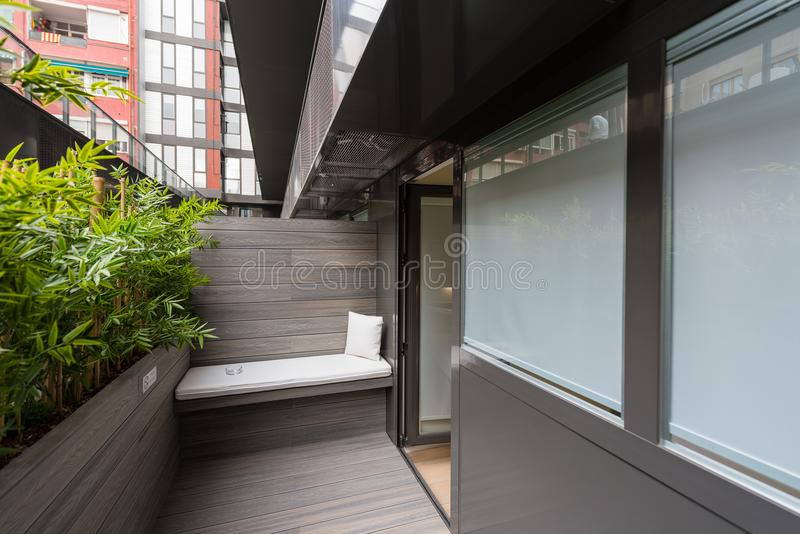 Balcão em um apartamento moderno do hotel fotografia de stock