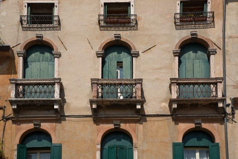 Balcão histórico e Windows em Bassano imagens de stock