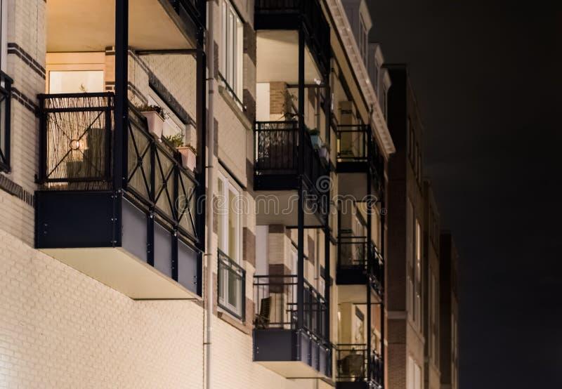 Balcão moderno do apartamento com estruturas do metal no close up na noite, fundo holandês da arquitetura imagem de stock