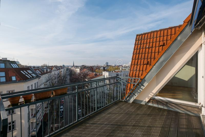 Balcão/opinião e skyline do terraço do apartamento da sótão de luxo no foto de stock