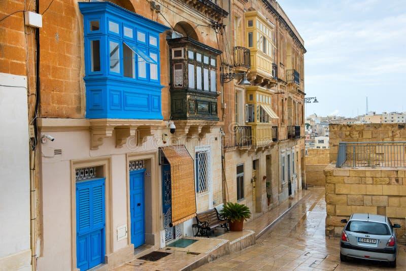 Balcão pintado vibrante colorido em Malta foto de stock