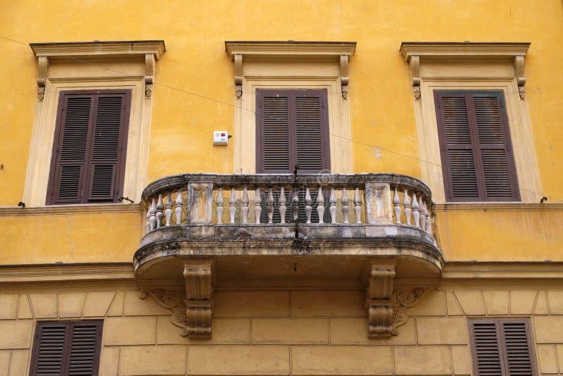 Balcão velho da casa em Roma imagem de stock
