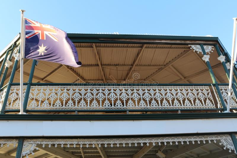 Balcão vitoriano do estilo com a bandeira australiana em Kalgoorlie, Austrália Ocidental imagem de stock royalty free
