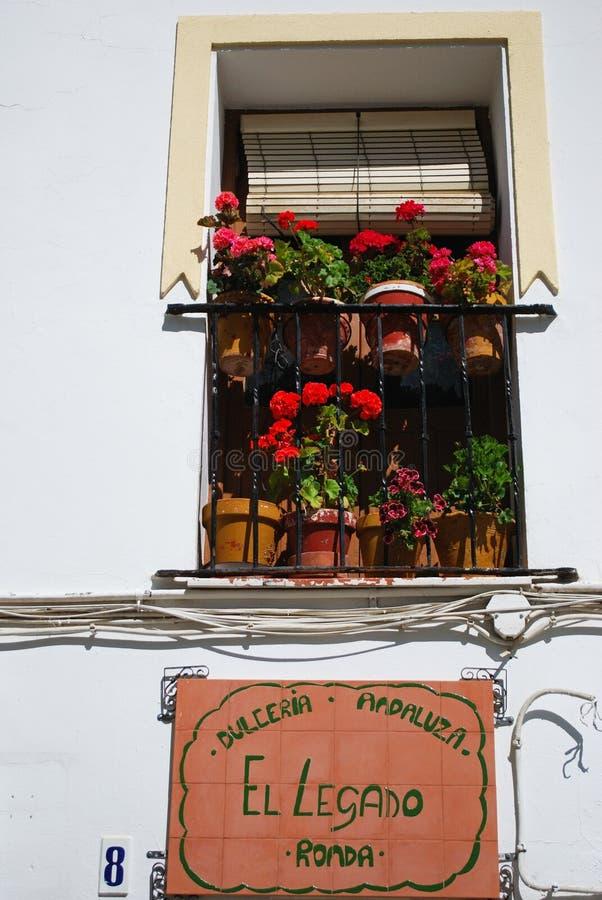Balcón bonito con las parrillas del trabajo del hierro, Ronda, España foto de archivo