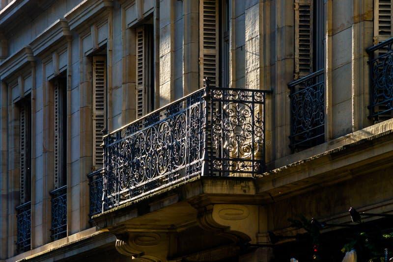 Balcón clásico con rejilla del arte del metal en Estrasburgo fotos de archivo libres de regalías