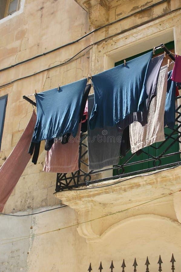 Balcón con el lavadero imagenes de archivo