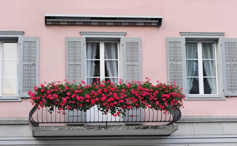 Balcón con las flores imágenes de archivo libres de regalías