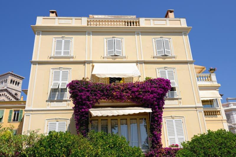 Balcón con las flores fotos de archivo libres de regalías