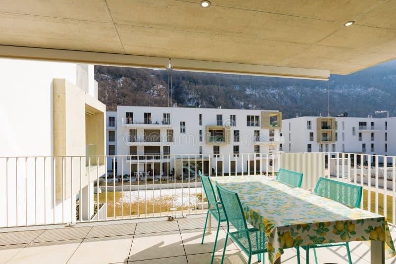 Balcón con los muebles al aire libre, día soleado fotos de archivo