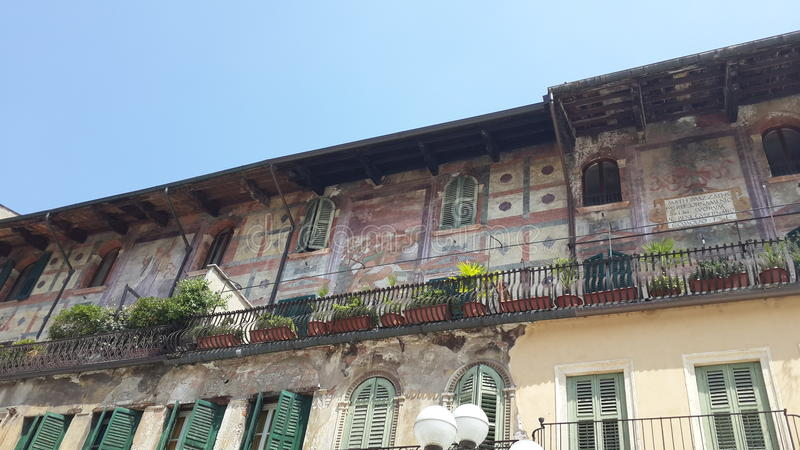 Balcón con paintures antiguos en el delle Erbe, Verona de la plaza imagen de archivo