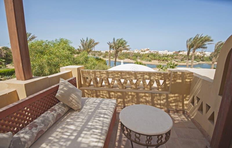 Balcón de la terraza con las sillas en chalet de lujo tropical imágenes de archivo libres de regalías