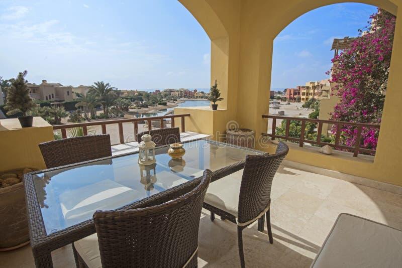 Balcón de la terraza con las sillas en chalet de lujo tropical imagen de archivo libre de regalías