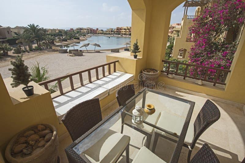 Balcón de la terraza con las sillas en chalet de lujo tropical foto de archivo libre de regalías