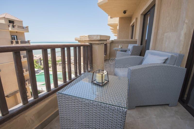 Balcón de la terraza con las sillas en el apartamento de lujo tropical foto de archivo libre de regalías