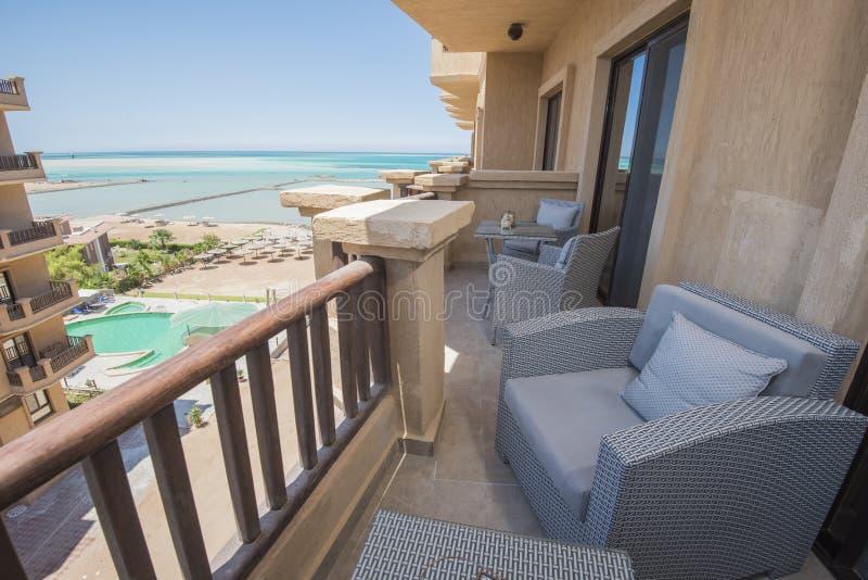 Balcón de la terraza con las sillas en el apartamento de lujo tropical imágenes de archivo libres de regalías