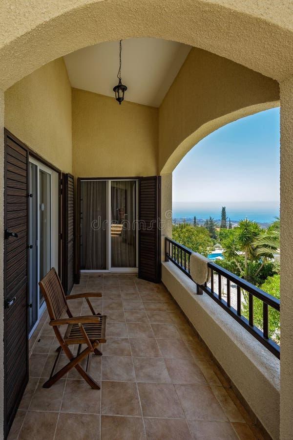Balcón de la terraza con las sillas en el apartamento de lujo tropical fotos de archivo libres de regalías