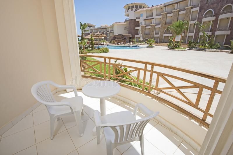 Balcón de la terraza con las sillas en el centro turístico tropical de lujo del apartamento imagen de archivo libre de regalías