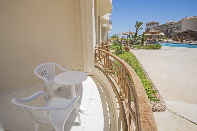 Balcón de la terraza con las sillas en el centro turístico tropical de lujo del apartamento fotografía de archivo