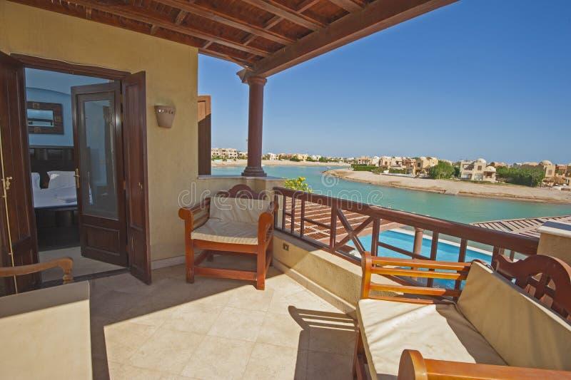 Balcón de la terraza del dormitorio con las sillas en el vill de lujo tropical imagen de archivo libre de regalías