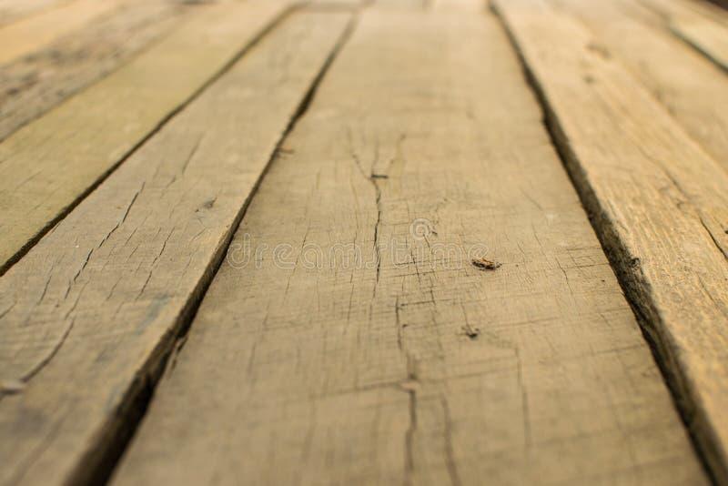 Balcón de madera con los tableros de madera marrones hermosos foto de archivo libre de regalías