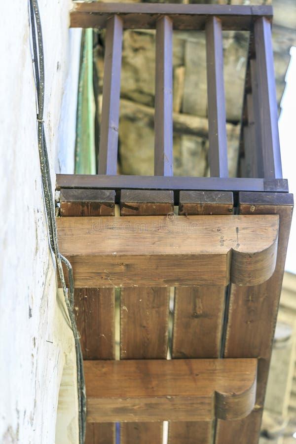 Balcón de madera localizado en una ciudad de España, Montanana imagenes de archivo