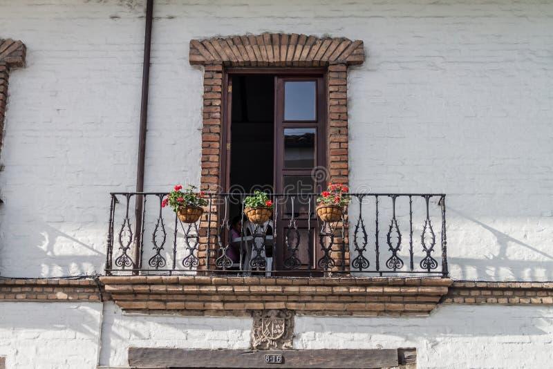 Balcón de un edificio blanco fotografía de archivo libre de regalías