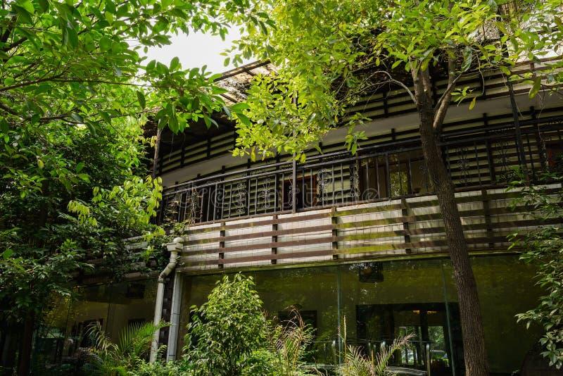Balcón del edificio en árboles verdes el día soleado imágenes de archivo libres de regalías