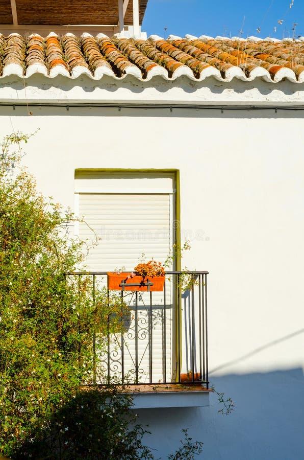 Balcón elegante con una verja del metal, elemen arquitectónicos sólidos imagen de archivo