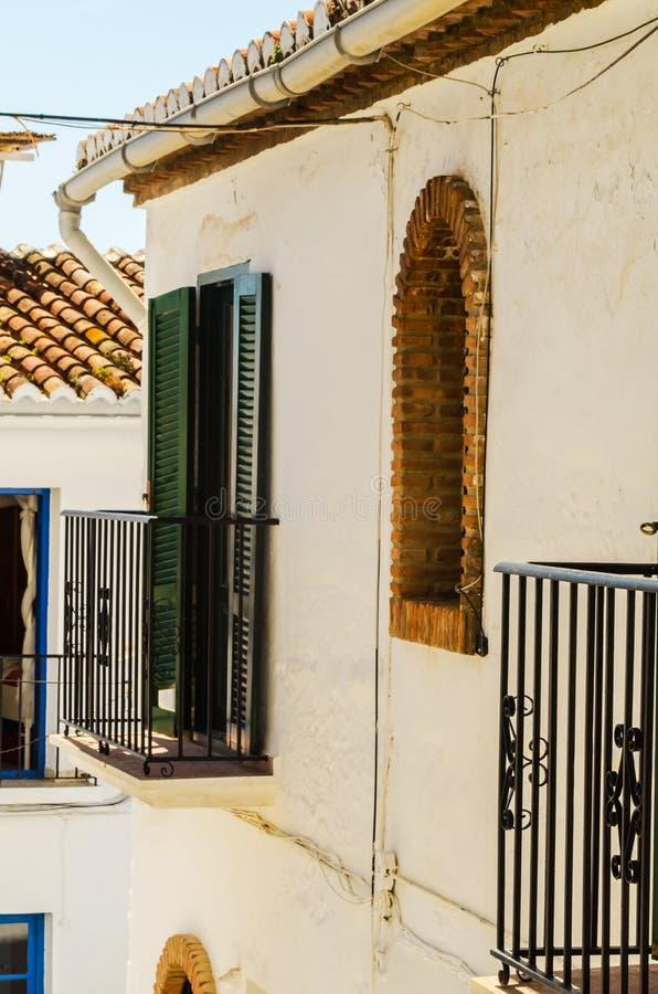 Balcón elegante con una verja del metal, elemen arquitectónicos sólidos imagenes de archivo