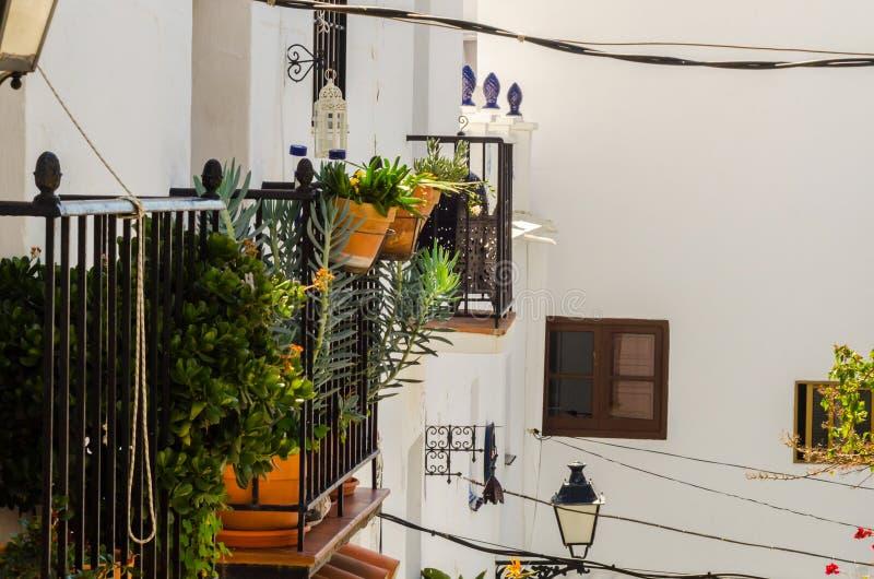 Balcón elegante con una verja del metal, elemen arquitectónicos sólidos fotografía de archivo