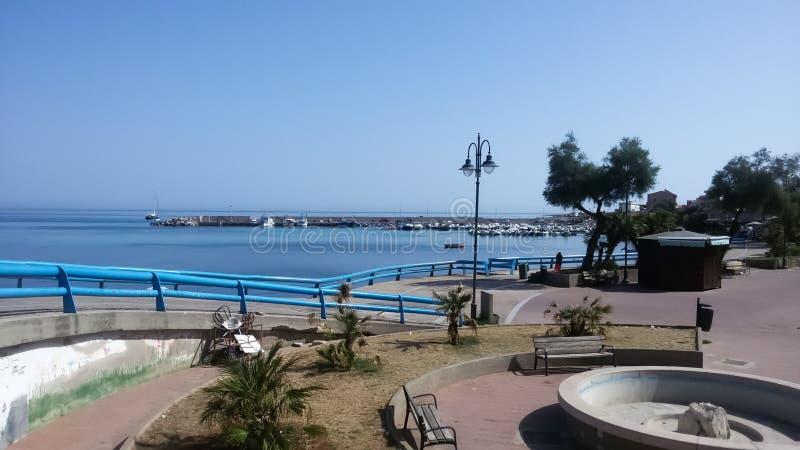 Balcón en la orilla del mar de Sferracavallo fotos de archivo
