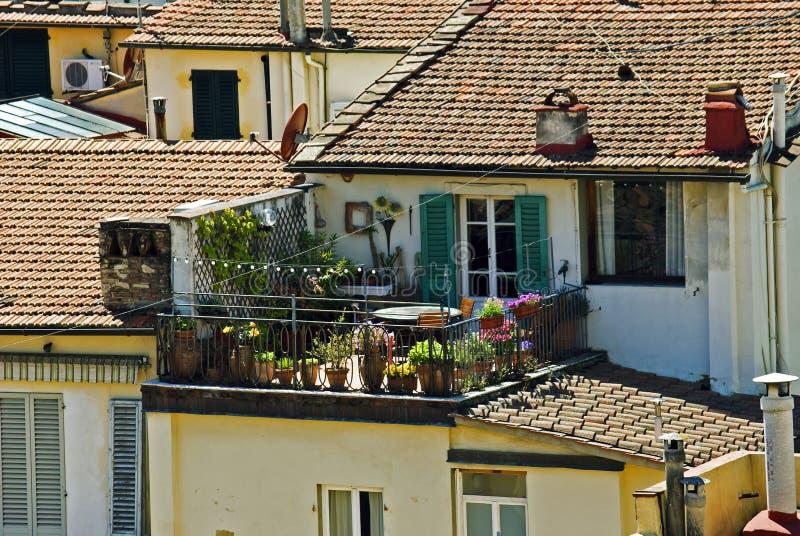 Balcón hermoso con las flores en Florencia fotografía de archivo