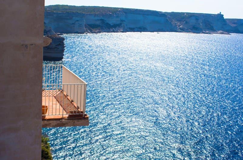 Balcón hermoso que pasa por alto el mar fotografía de archivo