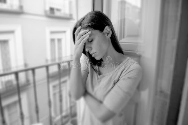 Balcón hispánico desesperado triste de la muchacha en casa que mira desorden o la depresión terrible sufridor presionado del dolo foto de archivo libre de regalías