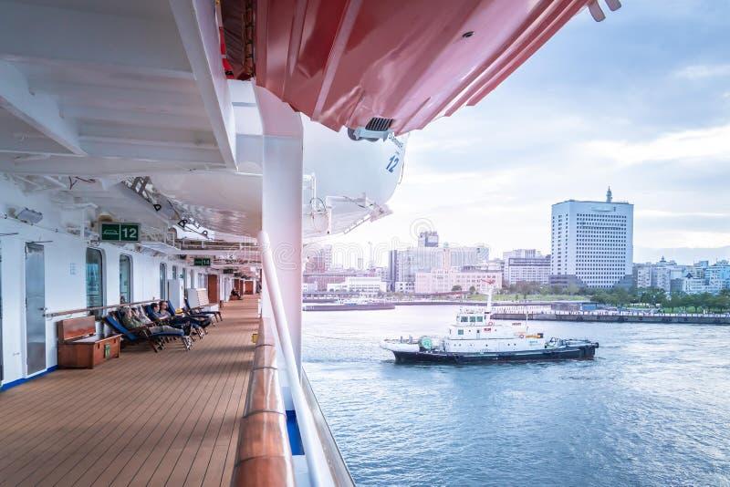 Balcón lateral del crucero Diamond princess con vistas al puerto de Yokohama en segundo plano fotografía de archivo