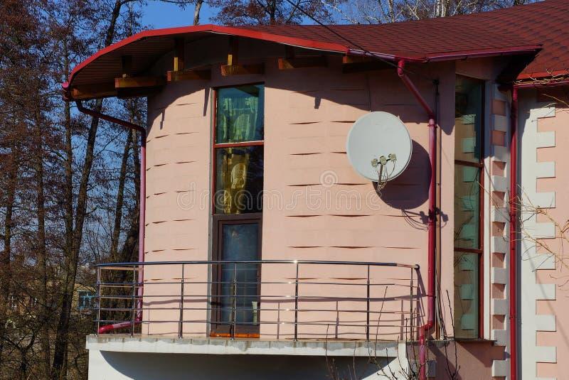 Balcón marrón abierto con la ventana y puerta en la pared de la casa fotografía de archivo