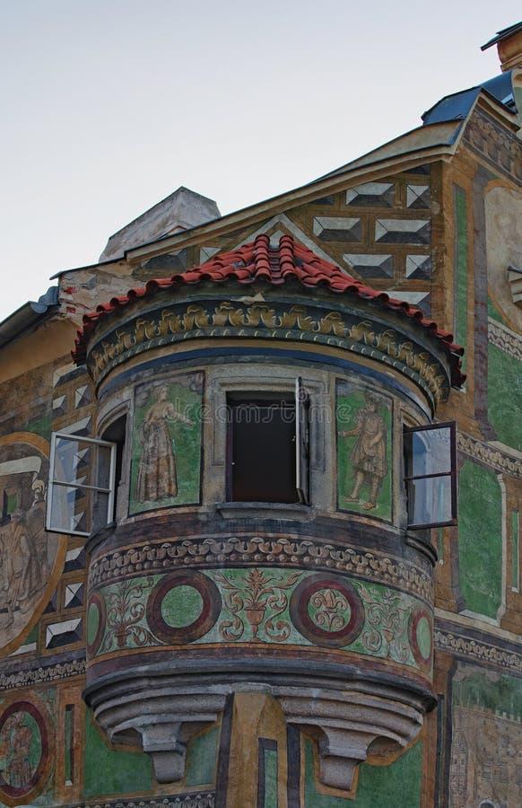 Balcón medieval hermoso con las ventanas abiertas Telc, República Checa fotografía de archivo libre de regalías