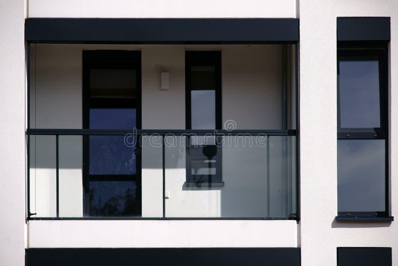 Balcón moderno con la verja de cristal fotos de archivo libres de regalías