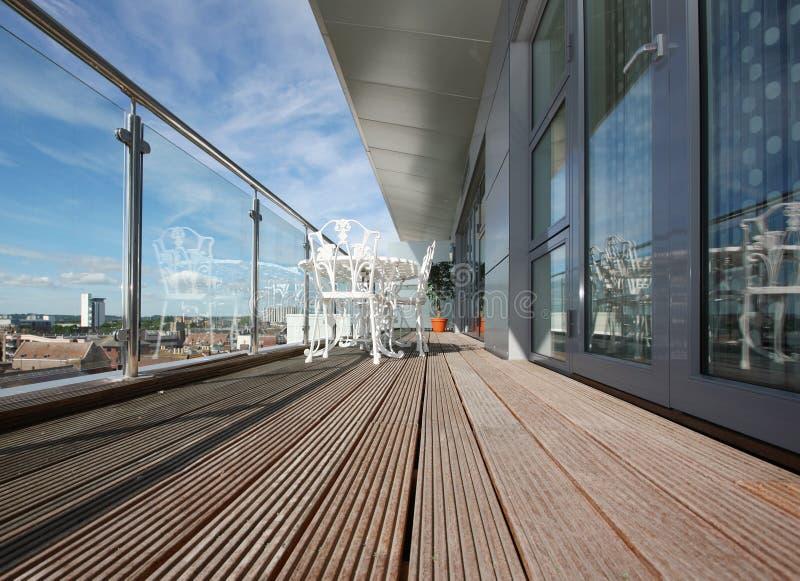 Balcón moderno del apartamento con Decking de madera imagen de archivo libre de regalías