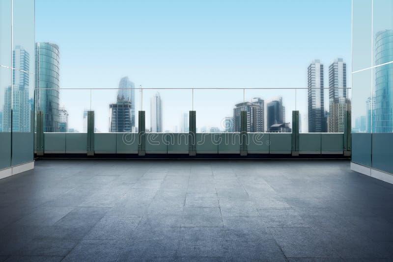 Balcón superior del tejado con el fondo del paisaje urbano foto de archivo libre de regalías