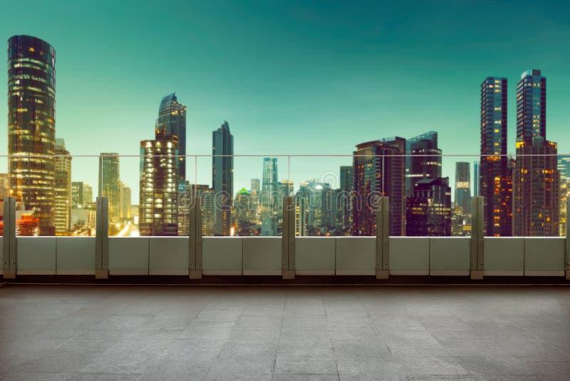 Balcón superior del tejado con el fondo del paisaje urbano fotografía de archivo libre de regalías