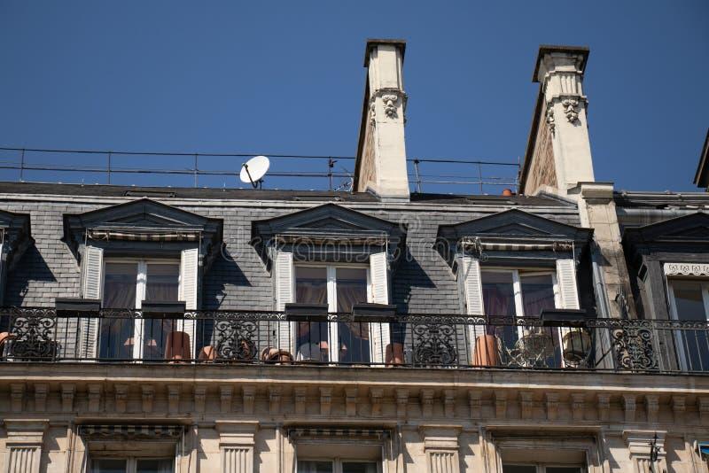 Balcón típico del último piso en París fotos de archivo libres de regalías