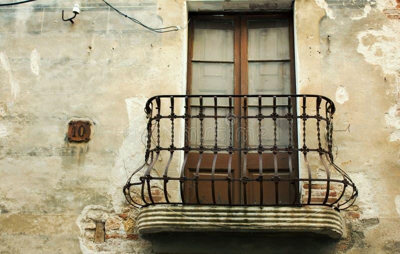 Balcón viejo del hierro en una casa abandonada fotografía de archivo