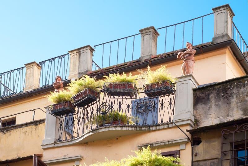 Balcón viejo en Italia fotos de archivo