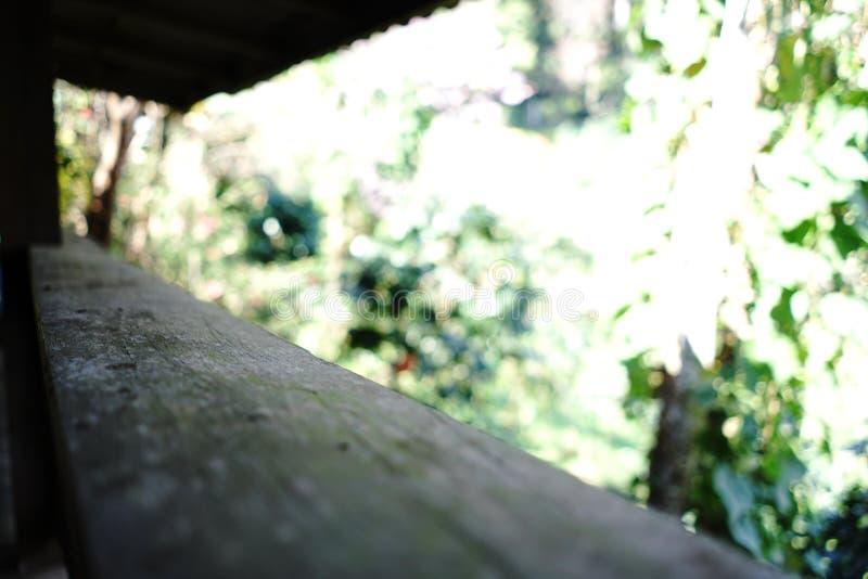 Balcón y fondo de madera de Bokeh foto de archivo