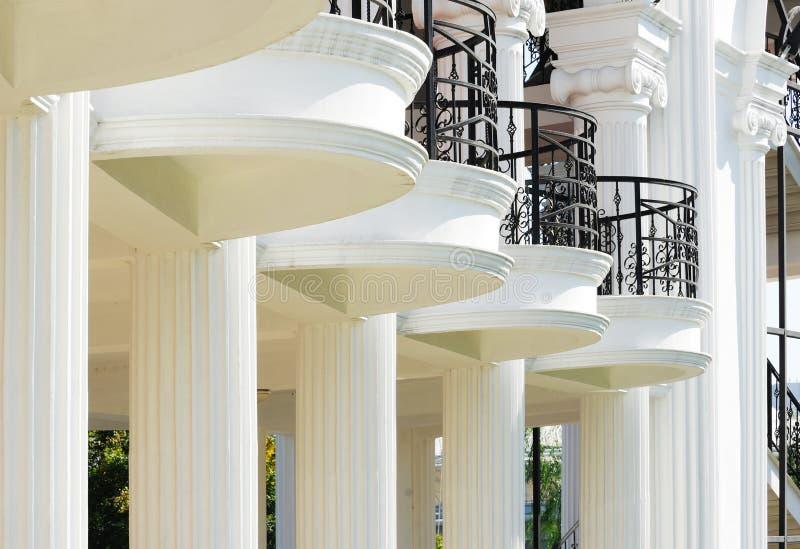 Balcón y pilares imagenes de archivo