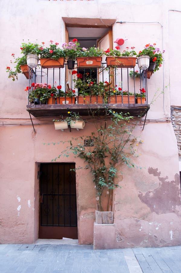 Balcón y puerta típicos de la fachada en Catalunya imagenes de archivo