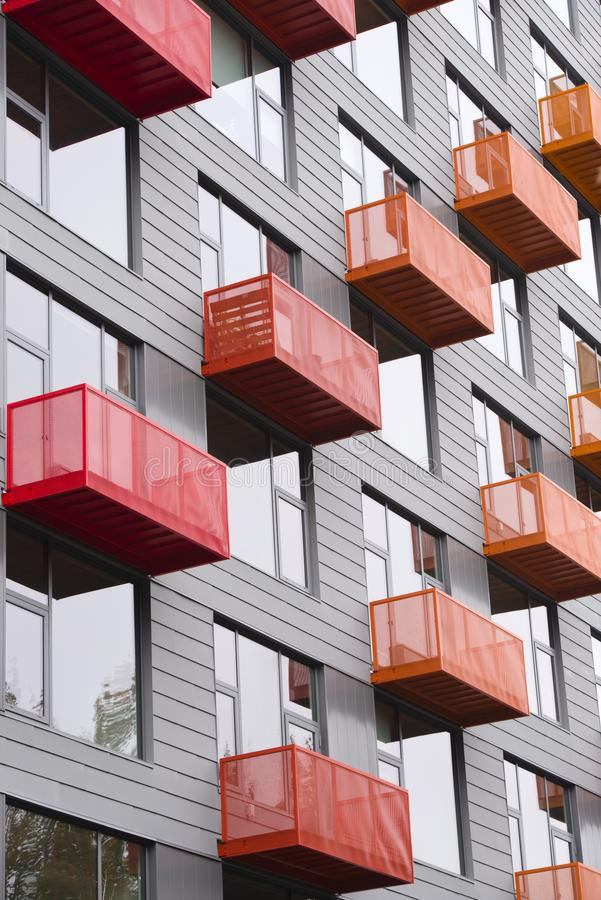 Balcões brilhantes no prédio moderno com vanguarda a imagens de stock