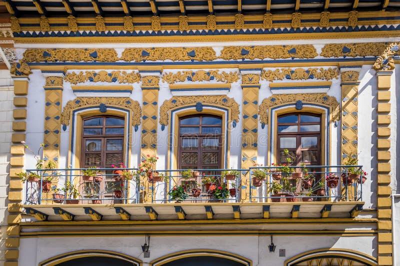 Balcões coloniais em Cuenca - Equador imagens de stock royalty free