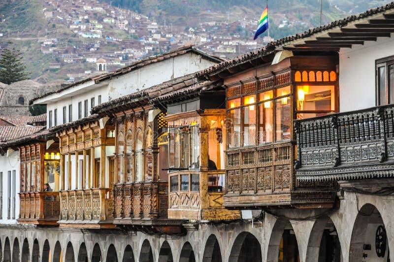 Balcões de uma construção colonial em Cusco, Peru fotografia de stock